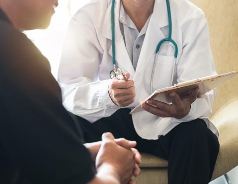 Mäns Hälso Undersökning Med Läkare Eller Psykiatriker Som Arbetar Med Patient Med Konsultation Om Diagnostisk Undersökning Om Manlig Sjukdom Eller Psykisk Sjukdom I Medicinsk Klinik Eller Sjukhusens Mental Vårds Tjänst-foton och fler bilder på Allmänläkare