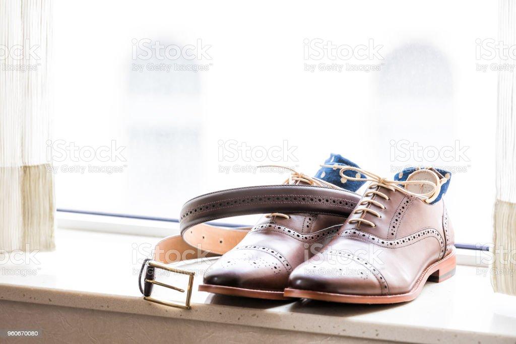 Herren Leder Neue Braune Schuhe Closeup Stillleben Isoliert Mit Blau