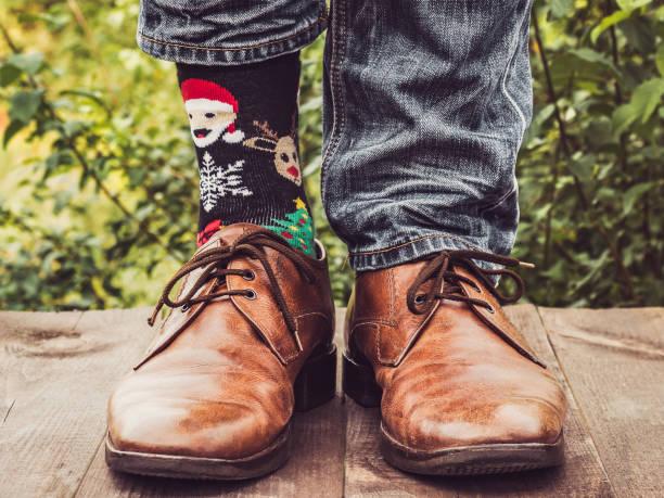 herren beine in modischen schuhen, helle, bunte socken - bräutigam jeans stock-fotos und bilder