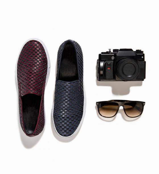 Herren Loafer mit Kamera und Sonnenbrille isoliert auf weißem Hintergrund – Foto