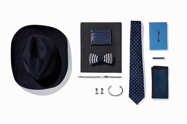persönliche accessoires für männer isoliert auf weißem hintergrund - krawattennadel stock-fotos und bilder