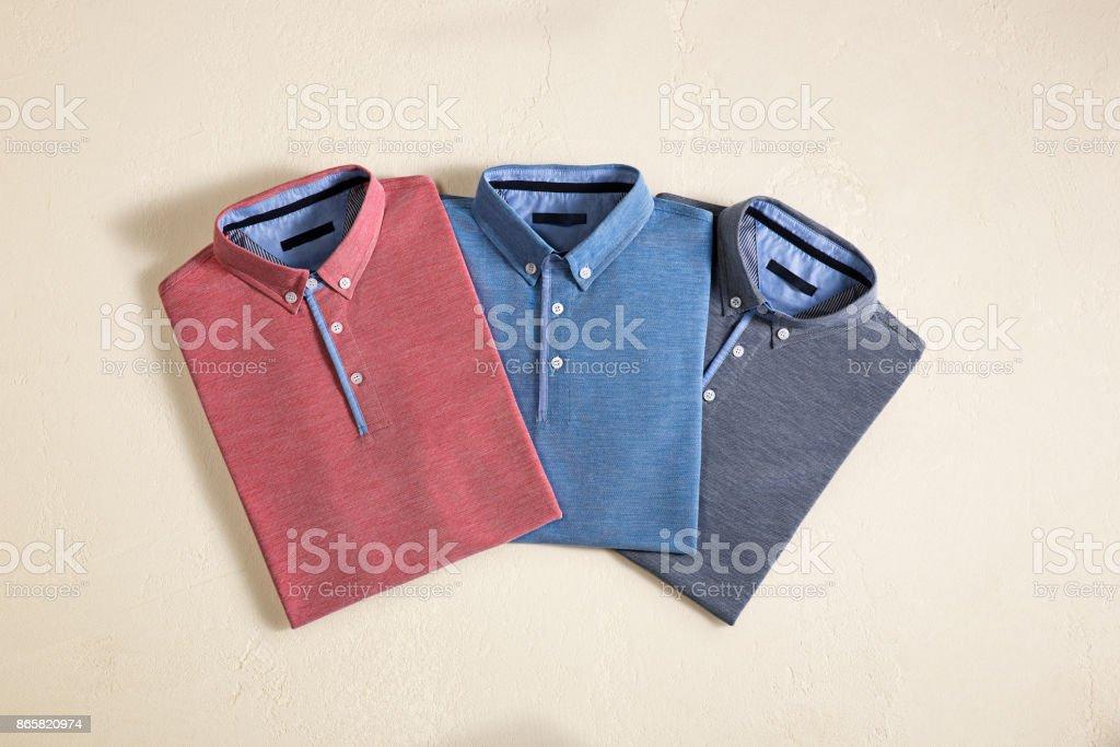 Herrenhemden auf Beige Hintergrund isoliert – Foto