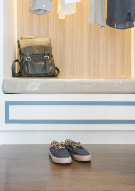 herren sneaker und leder tasche im modernen stil begehbarer kleiderschrank - sitzbank schuhe stock-fotos und bilder