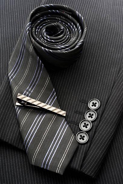 anzug und accessoires für herren - krawattennadel stock-fotos und bilder