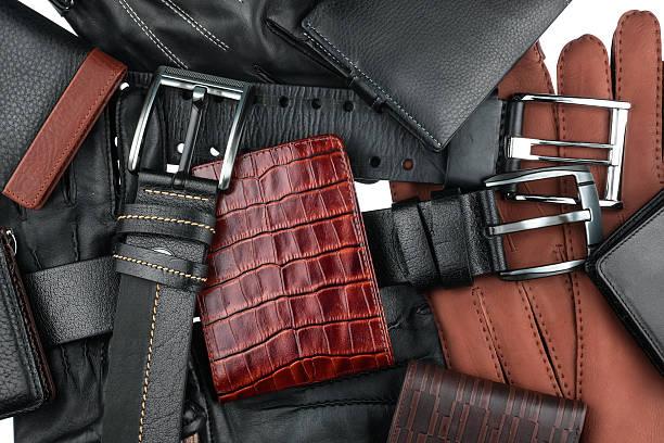 herren-brieftasche liegen auf der gürtel und handschuhe - leder portemonnaie herren stock-fotos und bilder