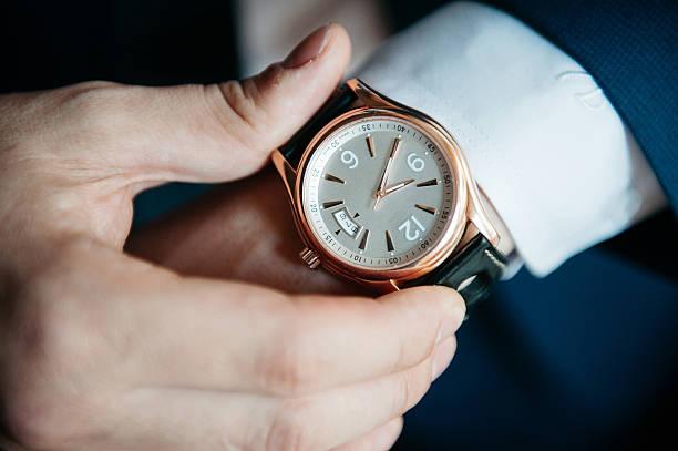 hombres de ver en su mano arriba cerrar : - reloj de pulsera fotografías e imágenes de stock