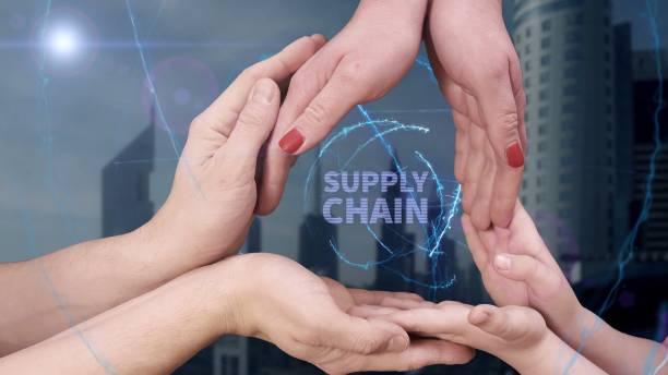 manos de los hombres, de mujeres y de niños muestran un holograma supply chain - suministros escolares fotografías e imágenes de stock