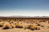 Death Valley in der Wüste, wolkenloser Himmel und blauer Himmel.