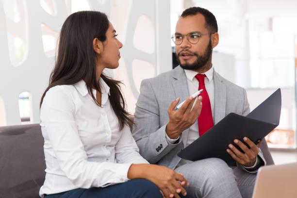 Mentor erklärt Dokument-Spezifisches zu Praktikant – Foto