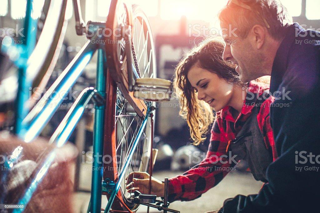 Mentor showing her worker how to do repair... Lizenzfreies stock-foto