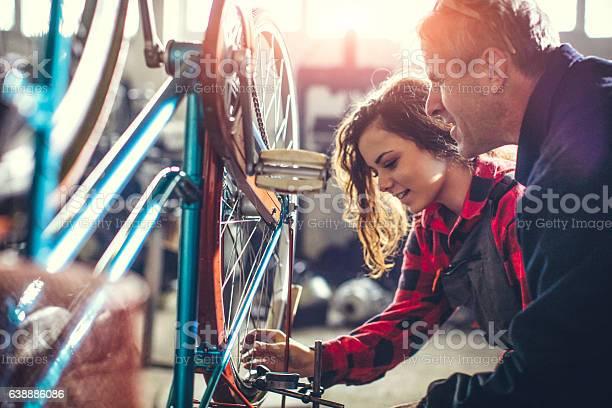 Mentor Zeigt Ihrer Arbeiterin Wie Man Repariert Stockfoto und mehr Bilder von Aktiver Senior