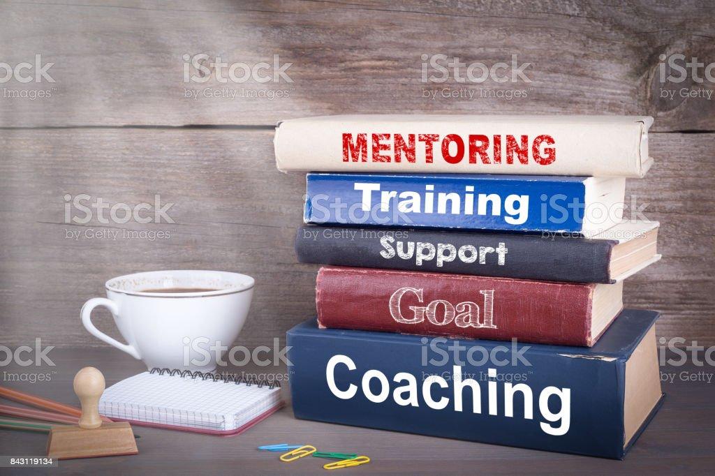 Mentoring-Konzept. Stapel Bücher auf Schreibtisch aus Holz – Foto
