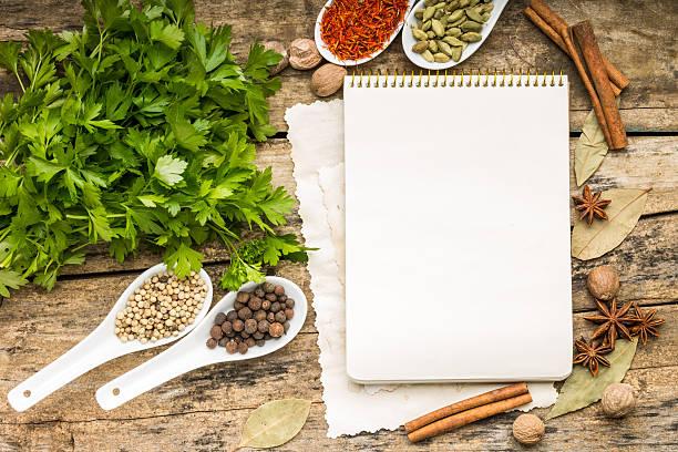 Menü Hintergrund.  Rezept Notizblock mit Vielfalt von Gewürzen und Kräutern. – Foto