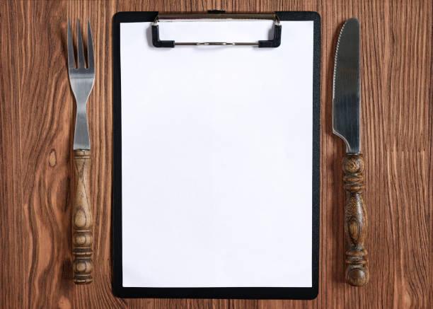menu concept with black clipboard, fork and knife - menüplanung vorlagen stock-fotos und bilder