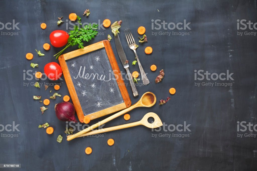 Menü-Vorlage, schwarzen Bord, Küchenutensilien – Foto