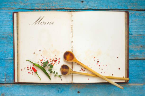 Menü-Vorlage legen Vintage Kochbuch mit Freiexemplar Raum, Gewürze und Kochlöffel, flach. – Foto