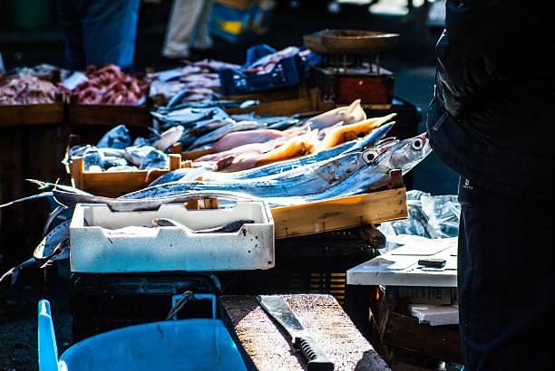 mercato del pesce i banchi del pesce al mercato di Catania mercato stock pictures, royalty-free photos & images