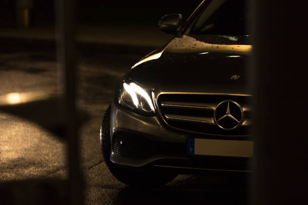mercedes auto in cologne germany am Abend – Foto