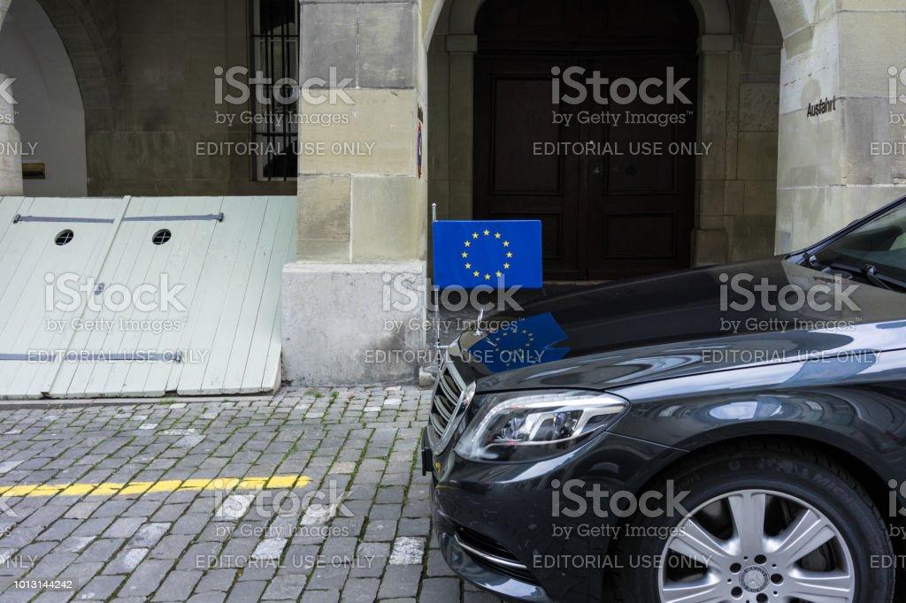 Mercedes Auto mit EU-Flagge-Politik-Fahrzeug – Foto