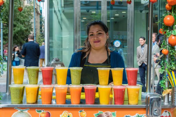 Händler verkaufen Obst Säfte – Foto