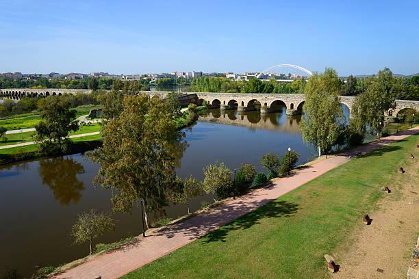 Mérida puente romano pasando por el Guadiana, España río. - foto de stock