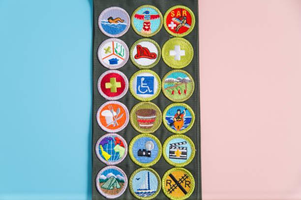 marco de insignia de mérito en azul y rosa - boy scout fotografías e imágenes de stock