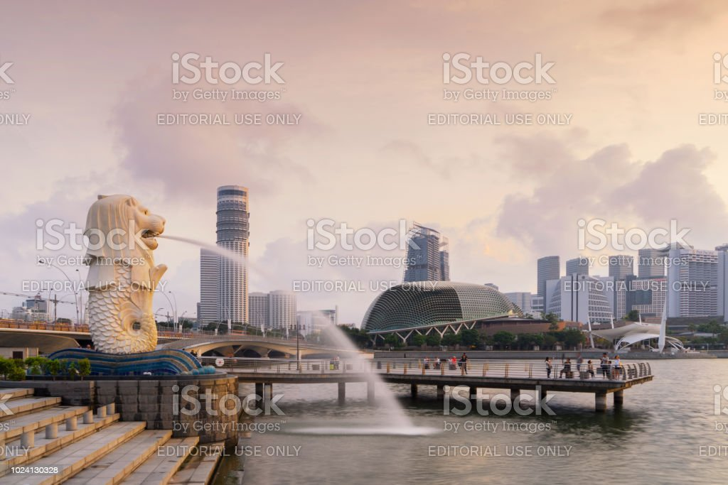 Fotografia De Merlion Y Marina Bay Sands Al Amanecer Con Cielo