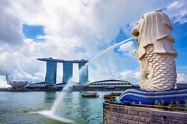 merlion statue and marina bay sands hotel in singapore - marina bay singapore stockfoto's en -beelden