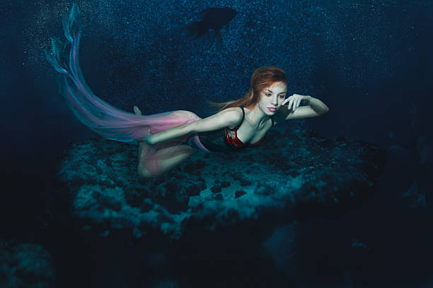 meerjungfrau mädchen unter dem meer. - meerjungfrau kleid stock-fotos und bilder
