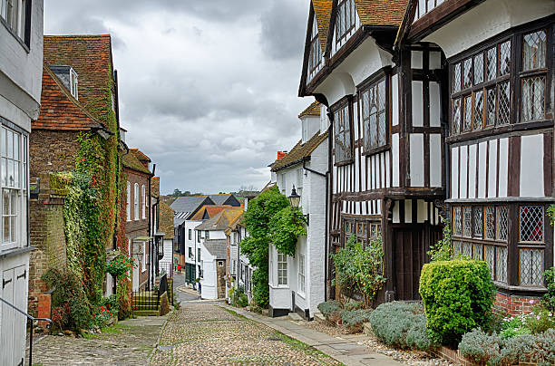 mermaid street, in the english town of rye - east sussex stockfoto's en -beelden