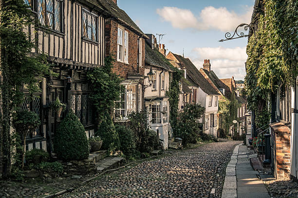 mermaid street, rye, sussex, england - east sussex stockfoto's en -beelden