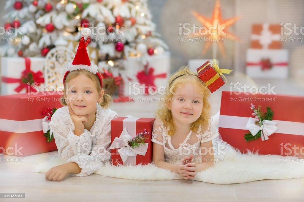 Frohe Weihnachten Besinnliche Feiertage.Frohe Weihnachten Und Besinnliche Feiertage Niedlich Kleines Kind