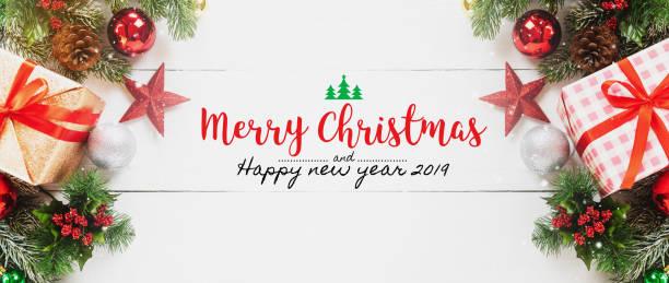 frohe weihnachten und happy new year-2019 dekoratives geschenk box ornament auf weißer holztisch banner hintergrund mit schnee fällt. geschenke und glückwünsche urlaub konzept. - texte zu weihnachten stock-fotos und bilder