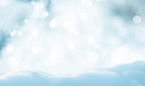 frohe weihnachten und ein glückliches neujahr grußkarte. winterlandschaft mit schnee. weihnachten hintergrund - schneeflocke sonnenaufgang stock-fotos und bilder
