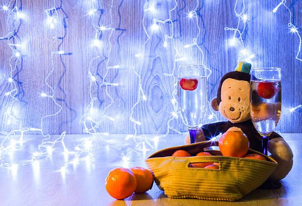 frohe weihnachten und happy new year - weihnachtsmannhüte aus erdbeeren stock-fotos und bilder