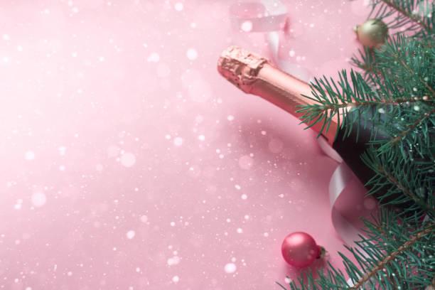frohe weihnachten und glückliches neues jahr. rosa hintergrund - ideen für silvester stock-fotos und bilder