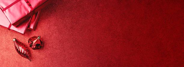 メリークリスマスと幸せな新年の赤い背景.トップビューの、ギフトボックス、ボール、リボンは、輝くテーブルに飾ります。 ストックフォト