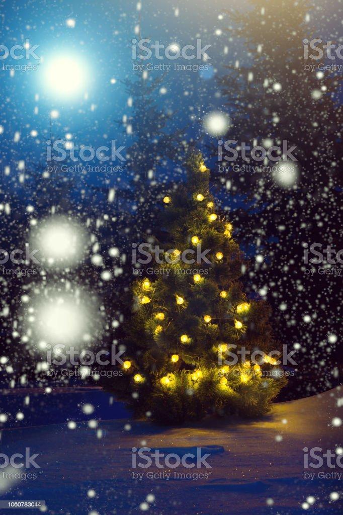 Märchen Weihnachten 2019.Frohe Weihnachten Weihnachtsbaum Vor Schneefall Im Mondschein Schöne Weihnachten Hintergrund Märchen Stockfoto Und Mehr Bilder Von 2018