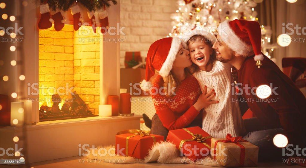メリークリスマス!家族母父と子の木の近くの贈り物 ストックフォト