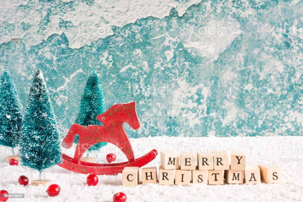 Frohe Weihnachten Pferd.Frohe Weihnachteninschrift Mit Retrospielzeug Pferd Und Tanne Bäume Roten Beeren Und Geschenkbox Auf Holztisch Stockfoto Und Mehr Bilder Von