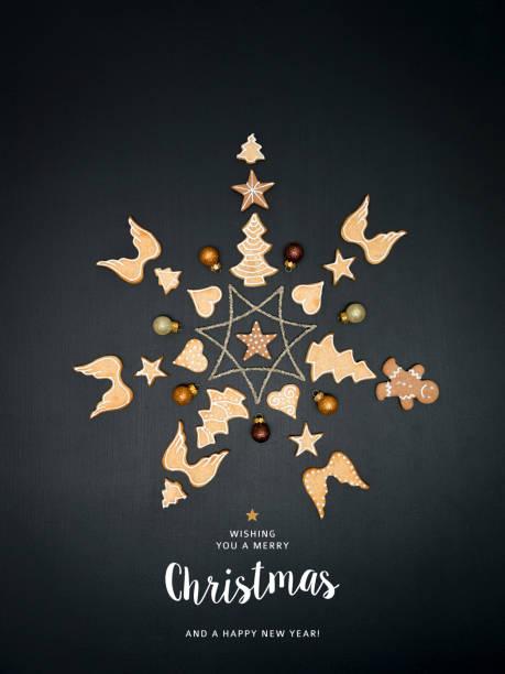 Frohe Weihnachten-Schriftzug und Weihnachtsstern geformt aus verschiedenen Weihnachten Deko-Artikel – Foto