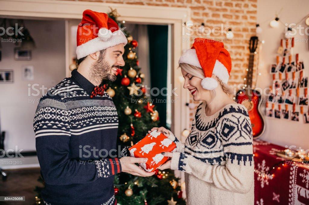 Frohe Weihnachten Freundin.Frohe Weihnachten Mann Mit Seiner Freundin Ein Geschenk Stockfoto