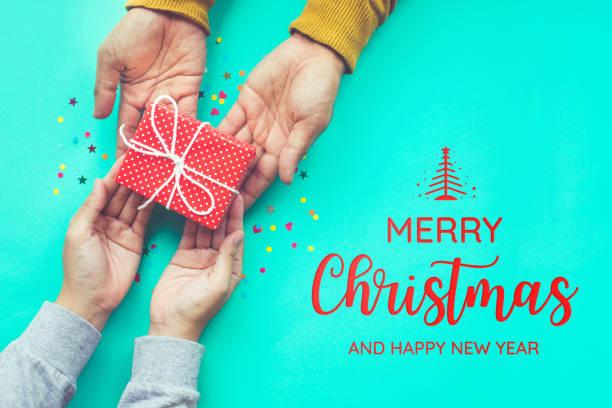 frohe weihnachten mit männlichen schenkt, weiblich - originelle geburtstagsgeschenke stock-fotos und bilder