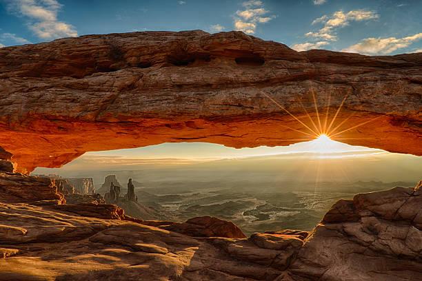 mesa arch dawn sunburst - canyon stock-fotos und bilder