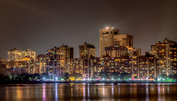 betoverende foto van colaba skyline 's nachts, gezien vanaf nariman punt van marine drive.  gebouwen, langs de weg en 's nachts markt lichtreflecties kunnen worden gezien in kalme arabische zee, is als kersen op de top - mumbai stockfoto's en -beelden