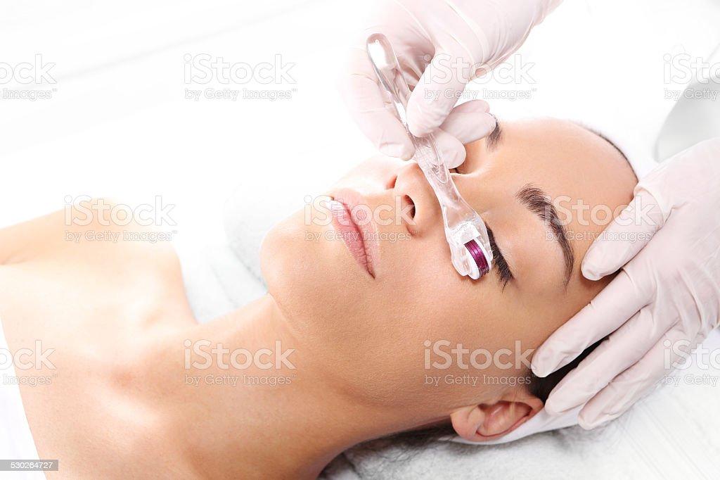 Mesotherapie microneedle, die Frau in der Kosmetikerin – Foto