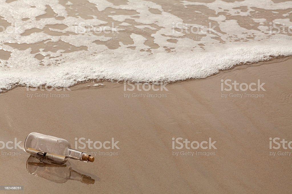 Mensaje en una botella. Encuadre completo, Horizontal. foto de stock libre de derechos