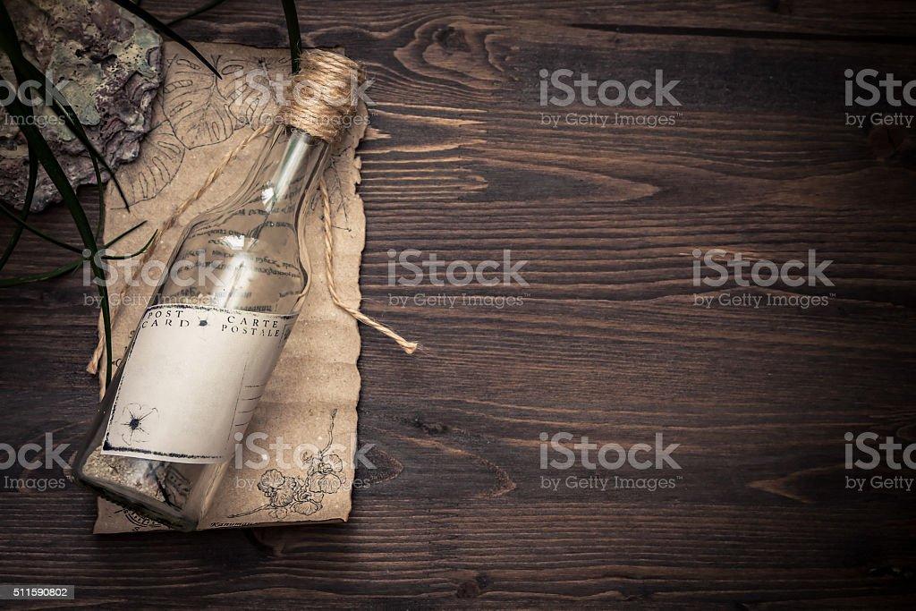 Message dans une bouteille sur vieux papier avec espace pour copie - Photo