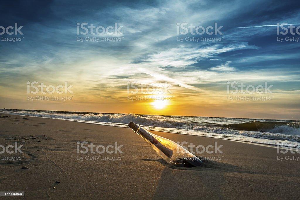 Message dans une bouteille sur la plage - Photo