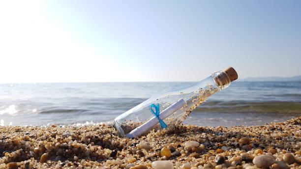 message in a bottle  - sos einzelwort stock-fotos und bilder